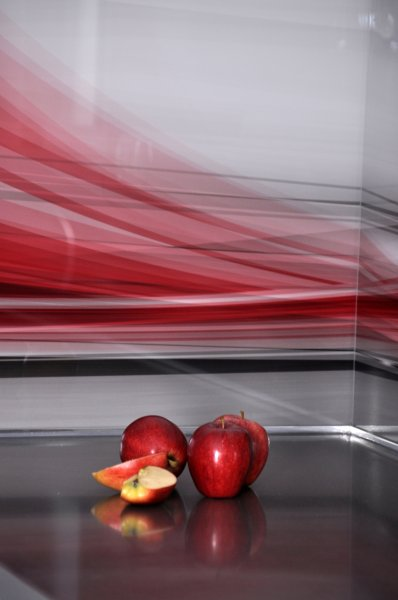 חיפוי זכוכית על קיר המטבח